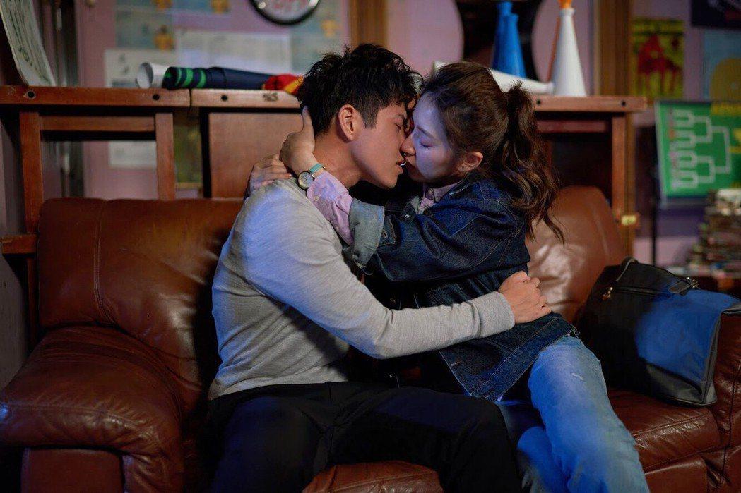 謝翔雅(右)、吳岳擎第一次拍床戲,2人緊張到手足無措。圖/東森提供