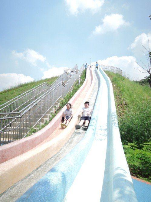 中和第6公墓遷葬後打造中和員山公園,有長達20公尺溜滑梯,小朋友玩得不亦樂乎。圖...