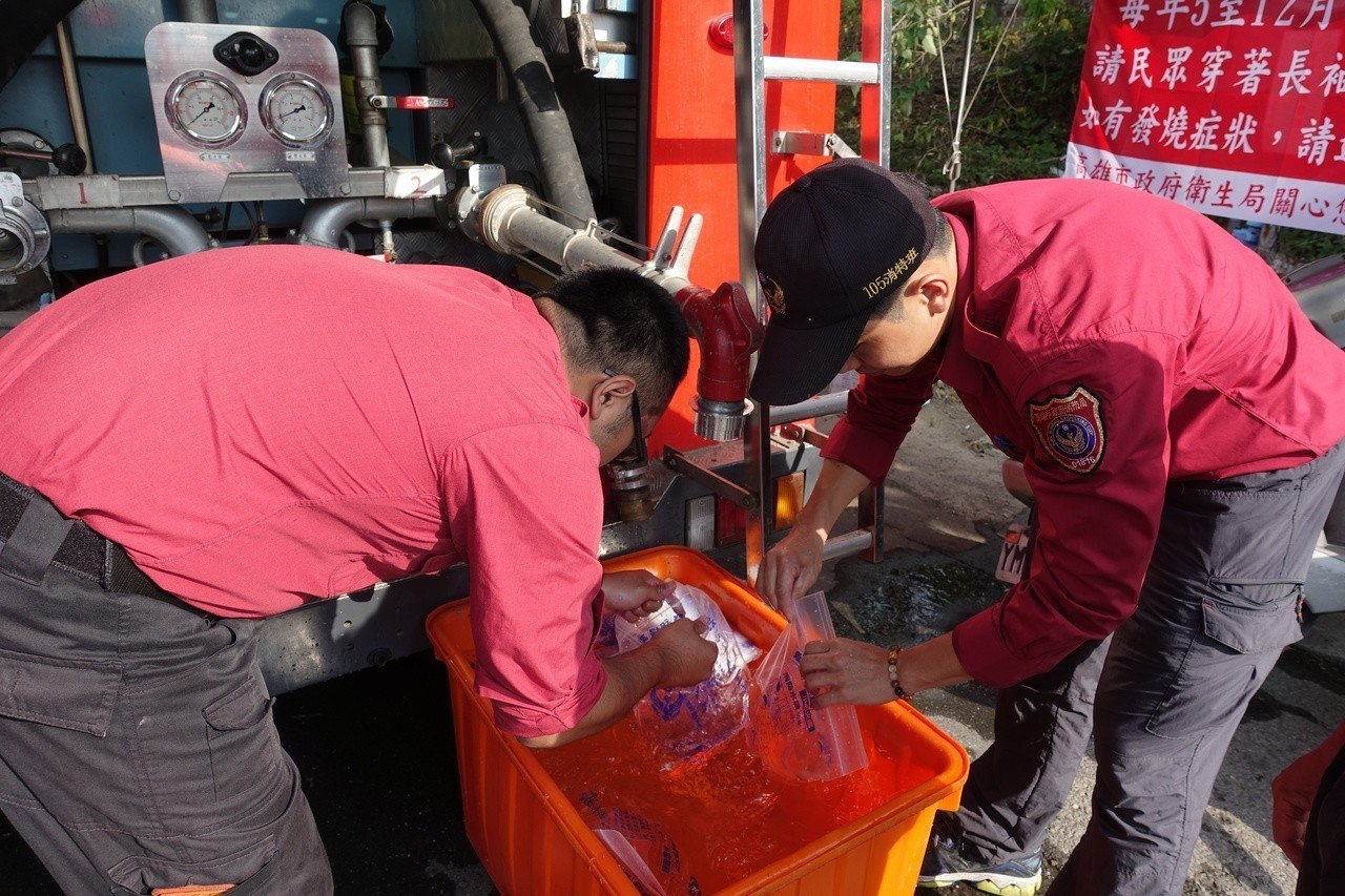 高市消防局林園分隊今天在轄區大型公墓請義消協助裝水袋。記者劉星君/攝影