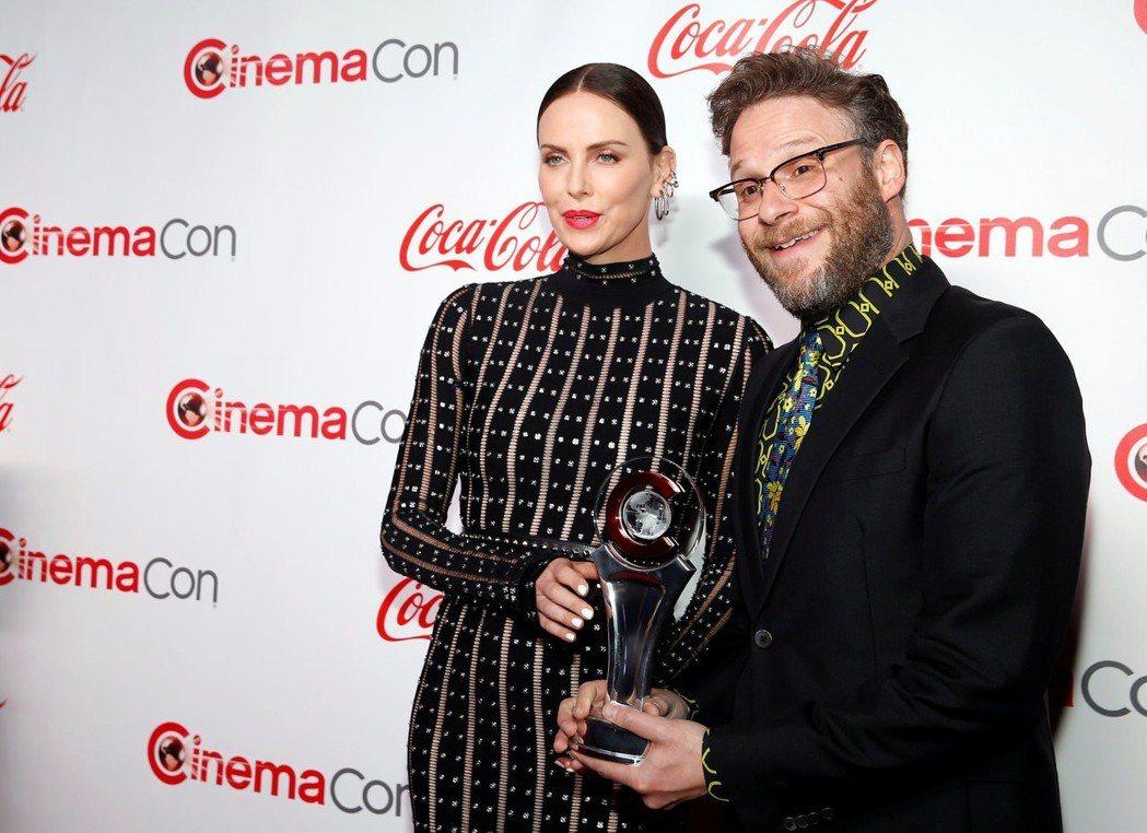 莎莉賽隆(左)與賽斯羅根4日到賭城拉斯維加斯宣傳新片並領獎。路透