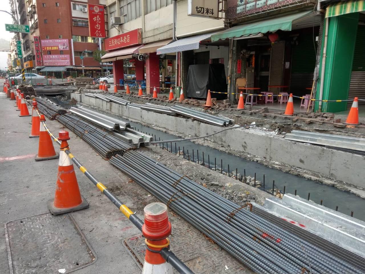 為保護近175公尺的「咕咾石溝渠」,首次採用鋼承板工法,先以鋼承板橫跨溝渠兩側,...