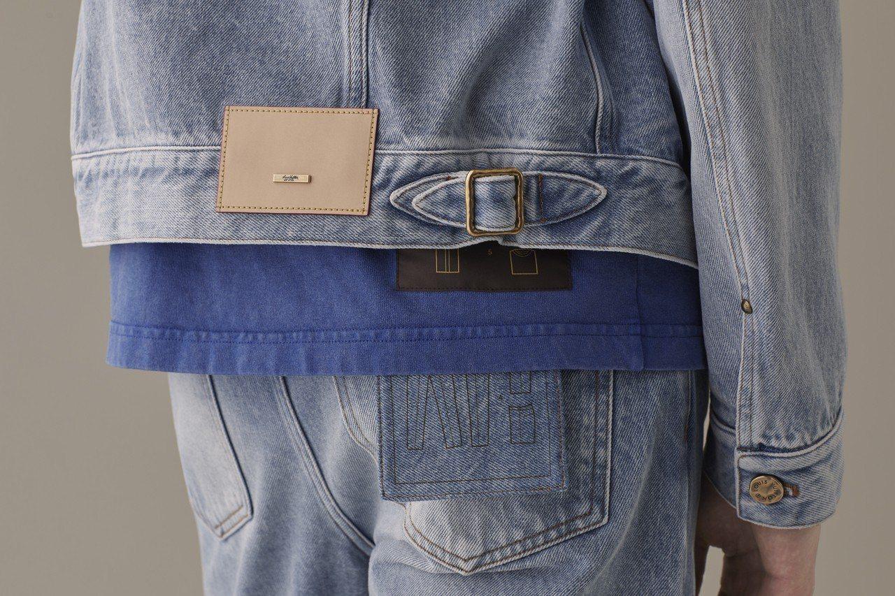 皮革縫片上的訂書針金屬釘片、牛仔褲口袋以及棉衫下襬的摺疊收納標籤,都讓Stapl...
