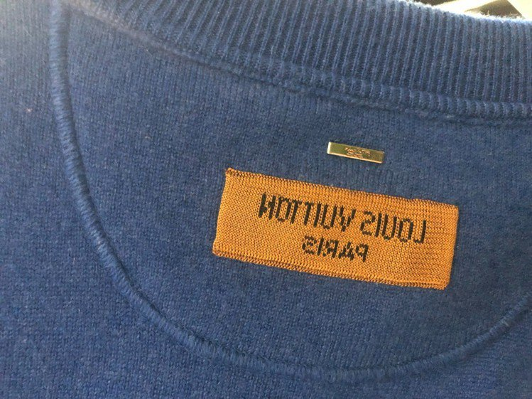 反繡的LOUIS VUITTON字樣,若透過自拍鏡面的反攝效果,就會成為正面字體...