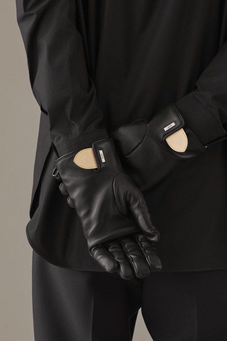 Staples系列的手套,也有路易威登包款上的經典皮革製成的三角形標籤作為縫邊裝...