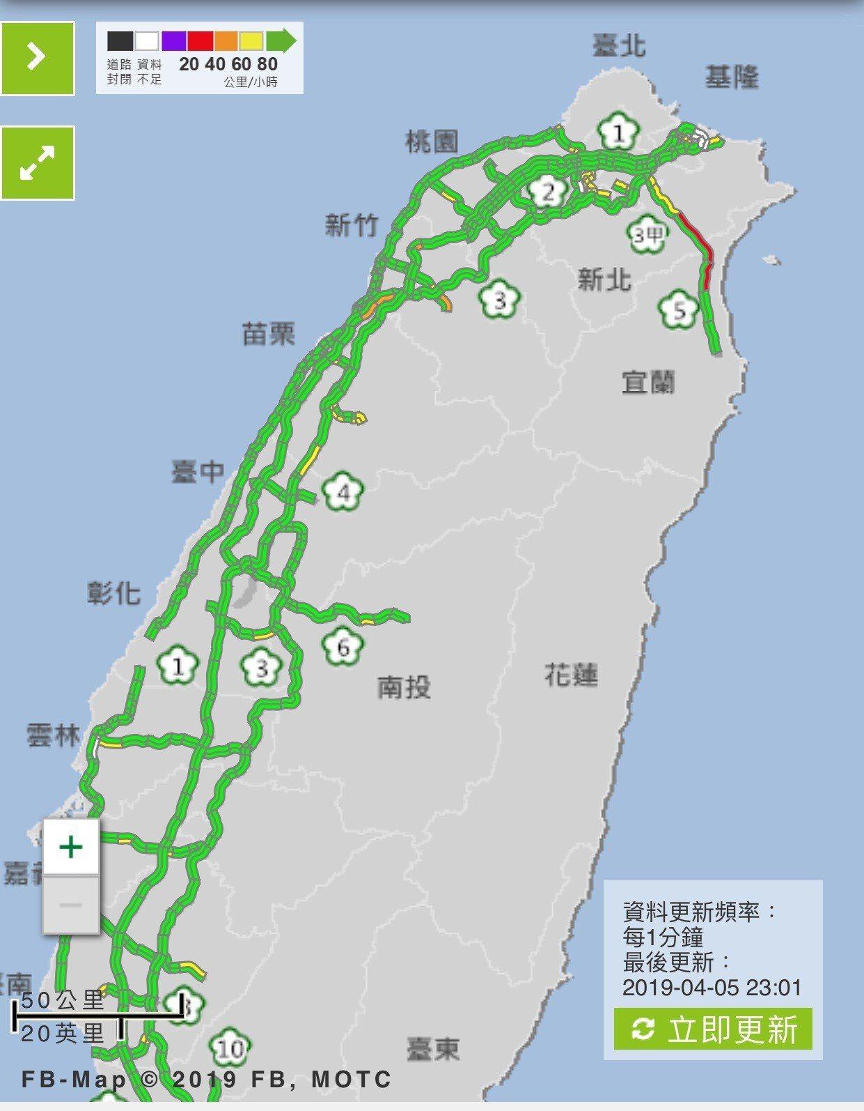 清明節深夜11點了,全台國道唯獨剩國五北上還在塞,萬綠當中「一條紅」。圖/截自高...