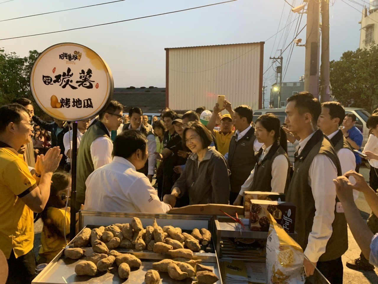總統蔡英文今天到台灣番薯主產地水林鄉品嘗烤地瓜。記者蔡維斌/翻攝