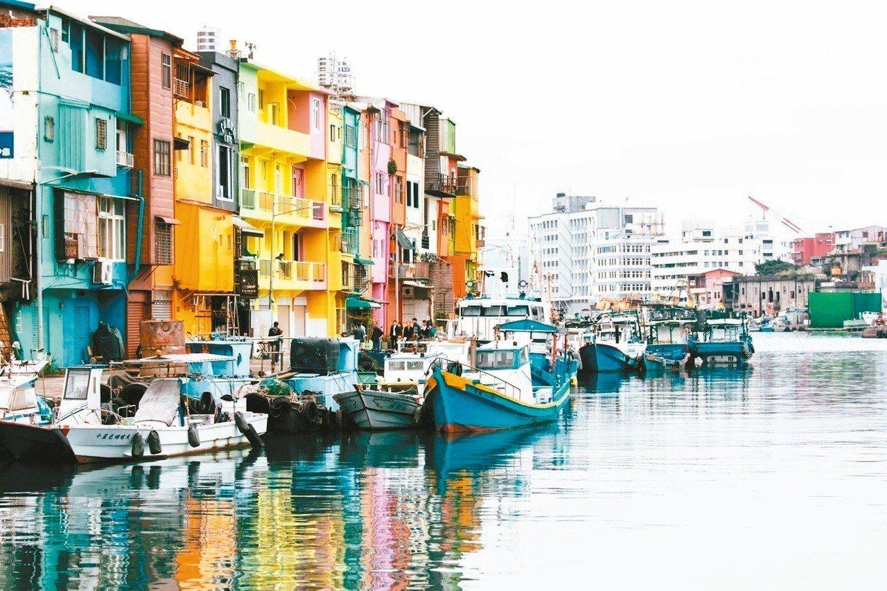 正濱懷舊碼頭色彩塗布計畫完成最後一面牆上色,讓色彩屋成為最夯的熱門打卡景點。 圖...