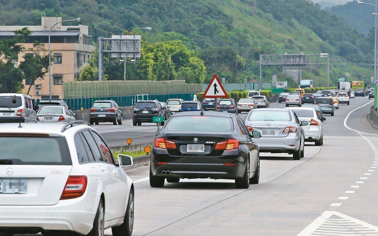國道一號北上汐止五堵路段,昨天一早便出現大量車潮,最低時速不到廿公里。 記者許正...