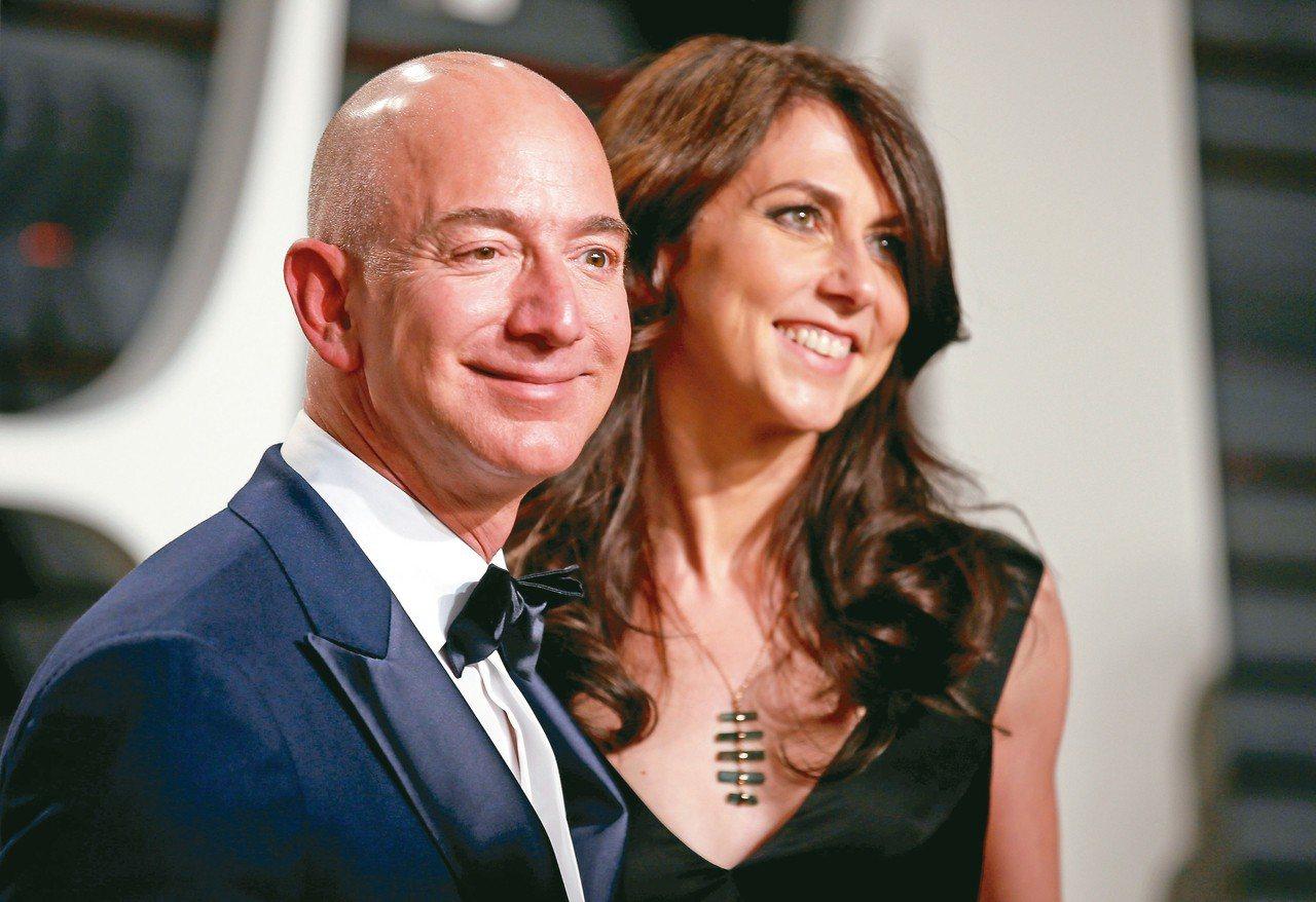 貝佐斯(左)與麥肯琪達成史上金額最高的離婚協議。 (路透)