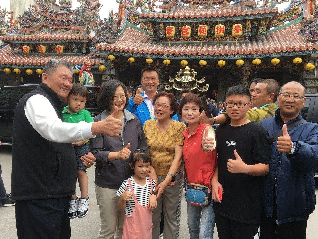 總統蔡英文(左三)昨走訪雲林多處,強調台灣本就是主權獨立的國家。記者陳雅玲/攝影