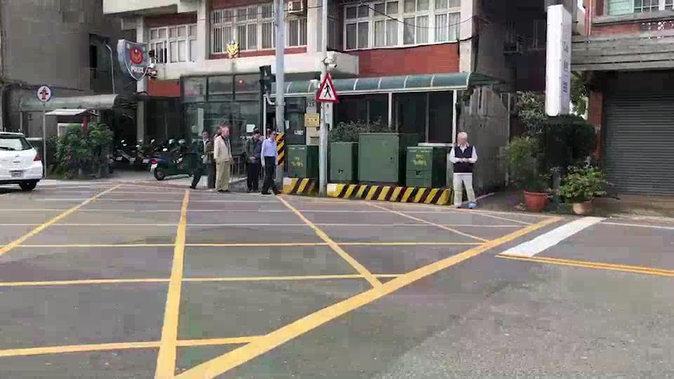 央行前總裁彭淮南(右一)得知大哥被撞死後,趕到警局關心,神情哀戚。記者黃瑞典/翻...