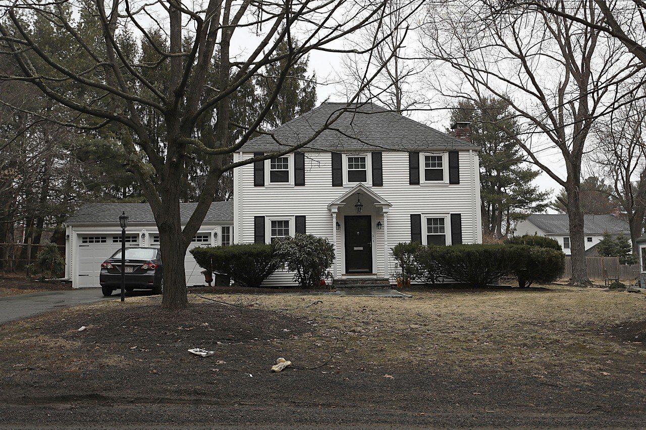 一名華生父親以超高價買下擊劍教練的房屋,被疑違規。 (美聯社)