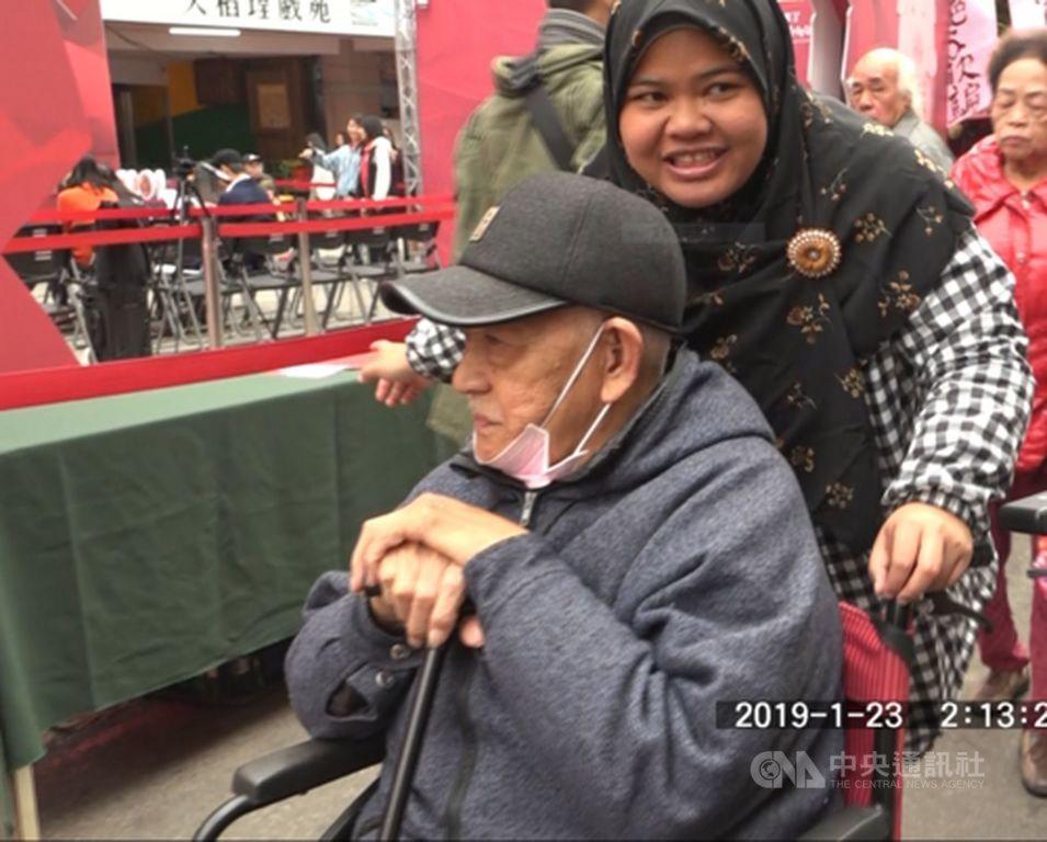 尤絲妮今年26歲,高中畢業後就到台灣看護工。她至今3分之1的生命奉獻給照顧台灣老...