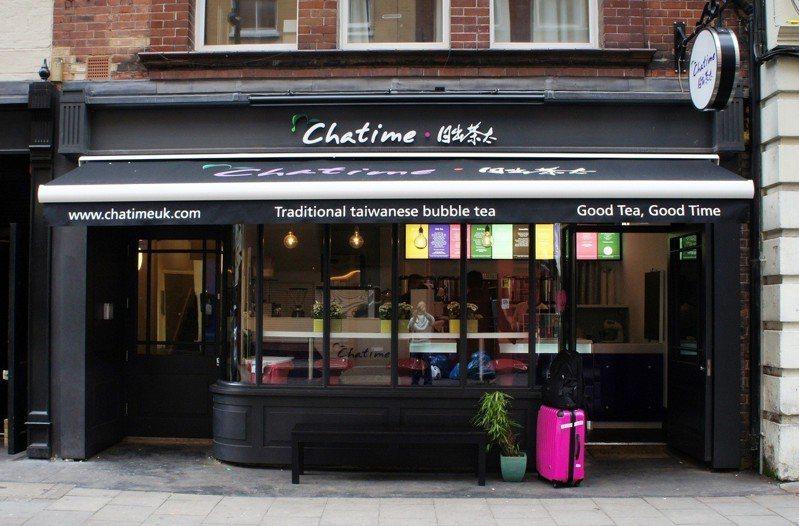 台灣珍奶風靡全球,六角國際旗下Chatime延續拓展雄心,在雪梨舉辦全球代理商年會,宣示品牌未來3年藍圖,同時宣布印尼已開300店,將採「跳島發展」續居霸主地位。圖為日出茶太(Chatime)在倫敦蘇活區一家門市。   圖/六角國際提供