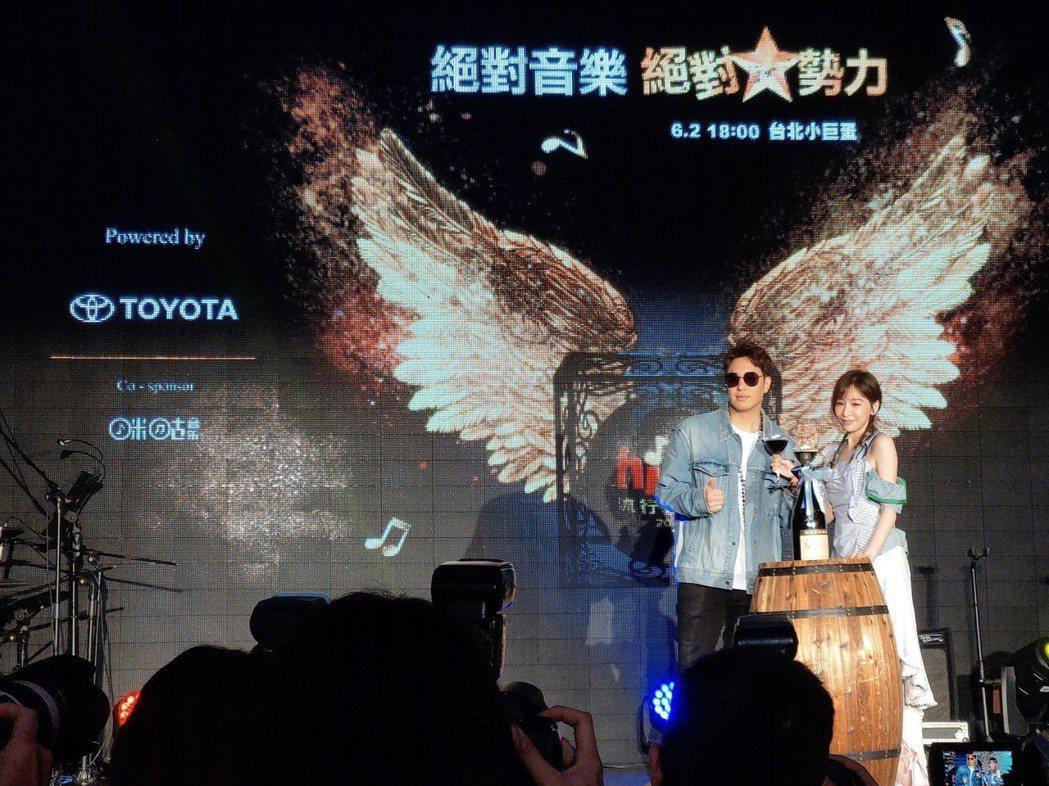 歌手潘瑋柏(左)與王心凌(右) 贈送與Hit Fm電台開台同年的紅酒 象徵201...