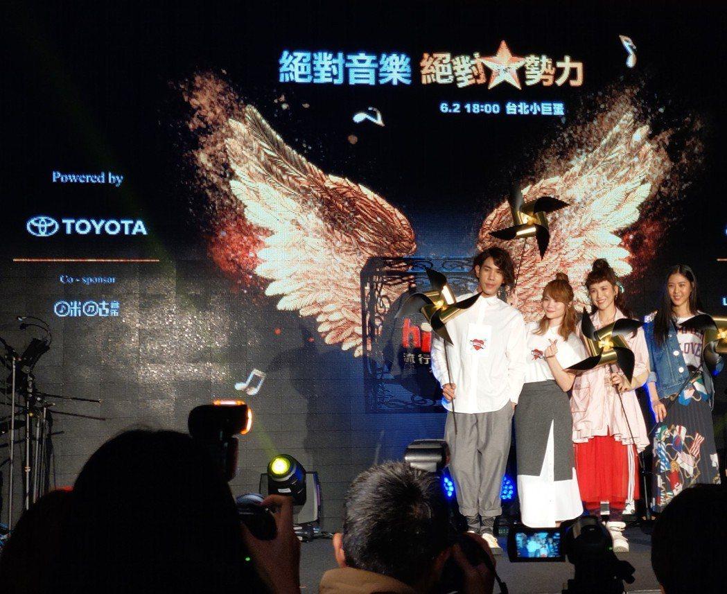 慢慢說樂團(左一左二) 魏如昀(右二) Erika劉艾立(右一) 現場不但演唱2...