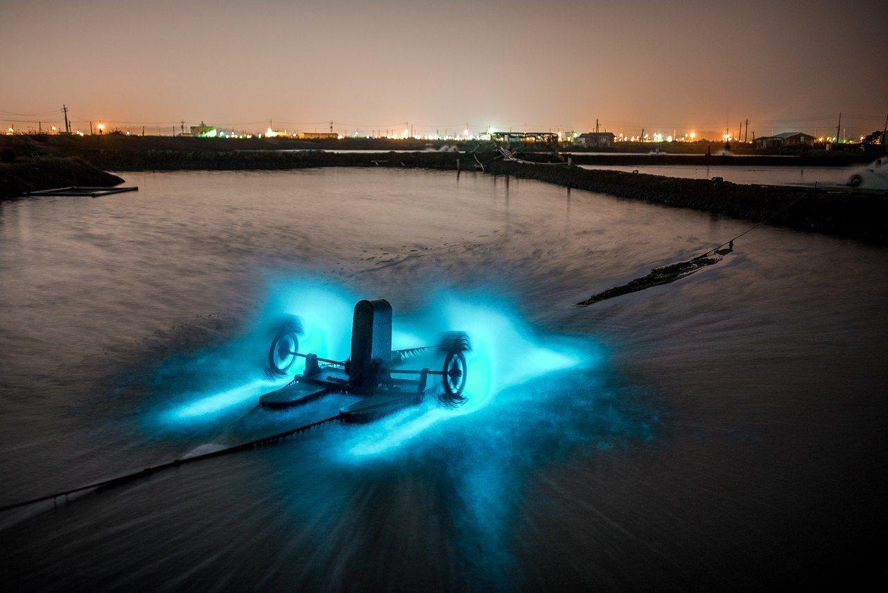 圖/彌陀藍眼淚,每當魚塭打水器運作時就會散出浪漫的藍光。網友jingwei082...