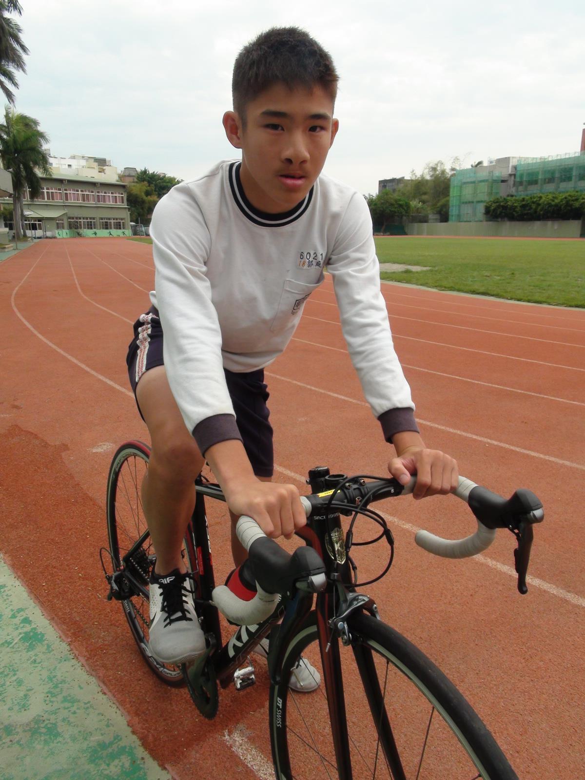 郭庭瑋因罹患唇顎裂,對自己沒自信,國中加入自由車隊後,教練鼓勵他「別在意別人眼光...