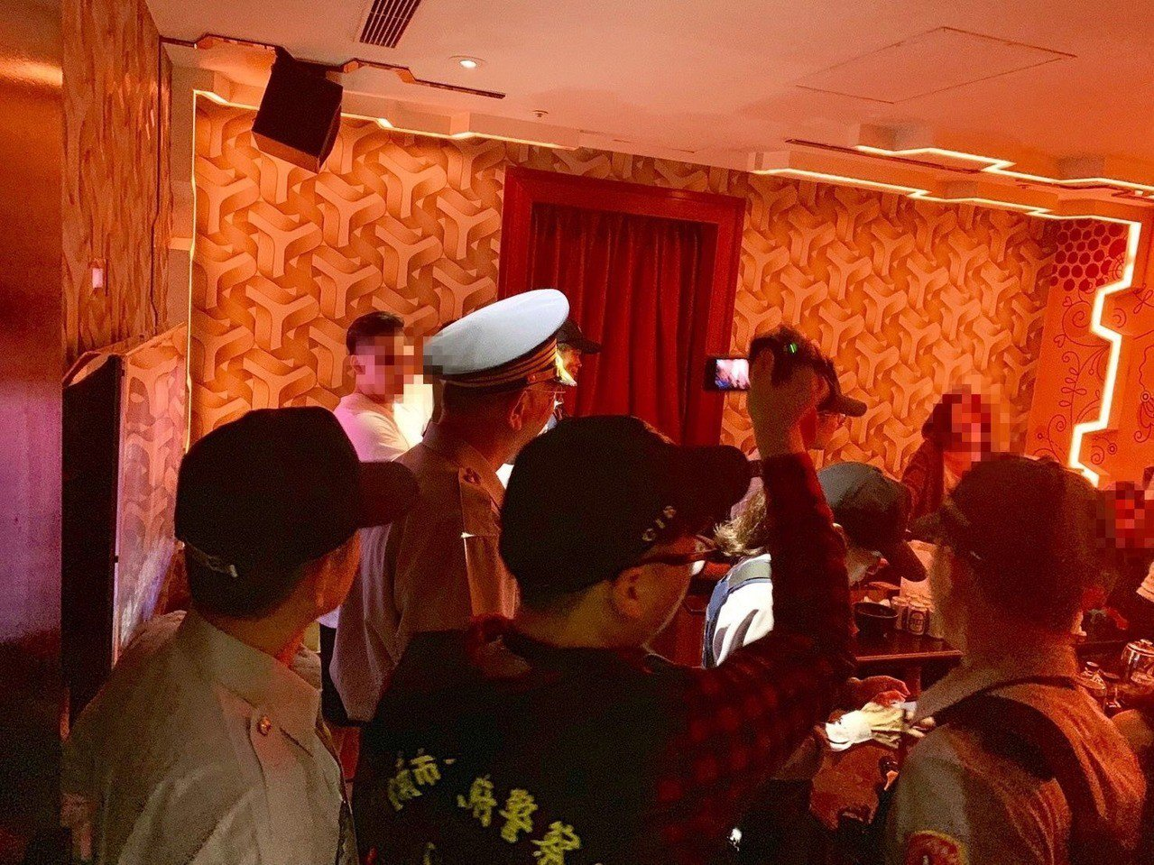 清明連假,台南市警二分局昨晚針對轄內KTV、酒店等易滋事場所加強臨檢。記者邵心杰...