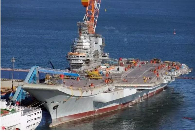中共海軍002航母已入港進行艦島清洗工作,照片曝光顯示,002航母甲板上出現了長...