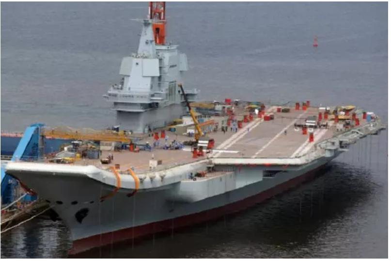 中共海軍002航母鋪裝了飛行甲板塗層,標示具備起降艦載機的能力。取自環球網