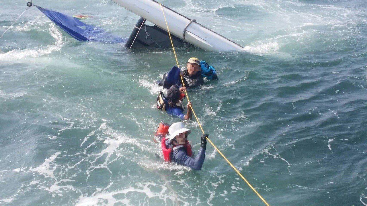 台南市體育會帆船委員會的帆船翻覆,3名操船民眾獲救。記者林保光/翻攝