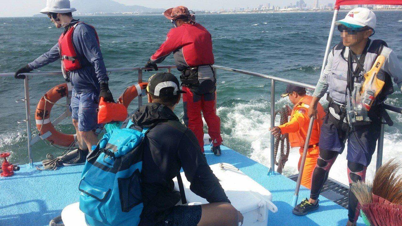 5名落海民眾被救上海巡署巡防艇後仍心悸猶存。記者林保光/審攝