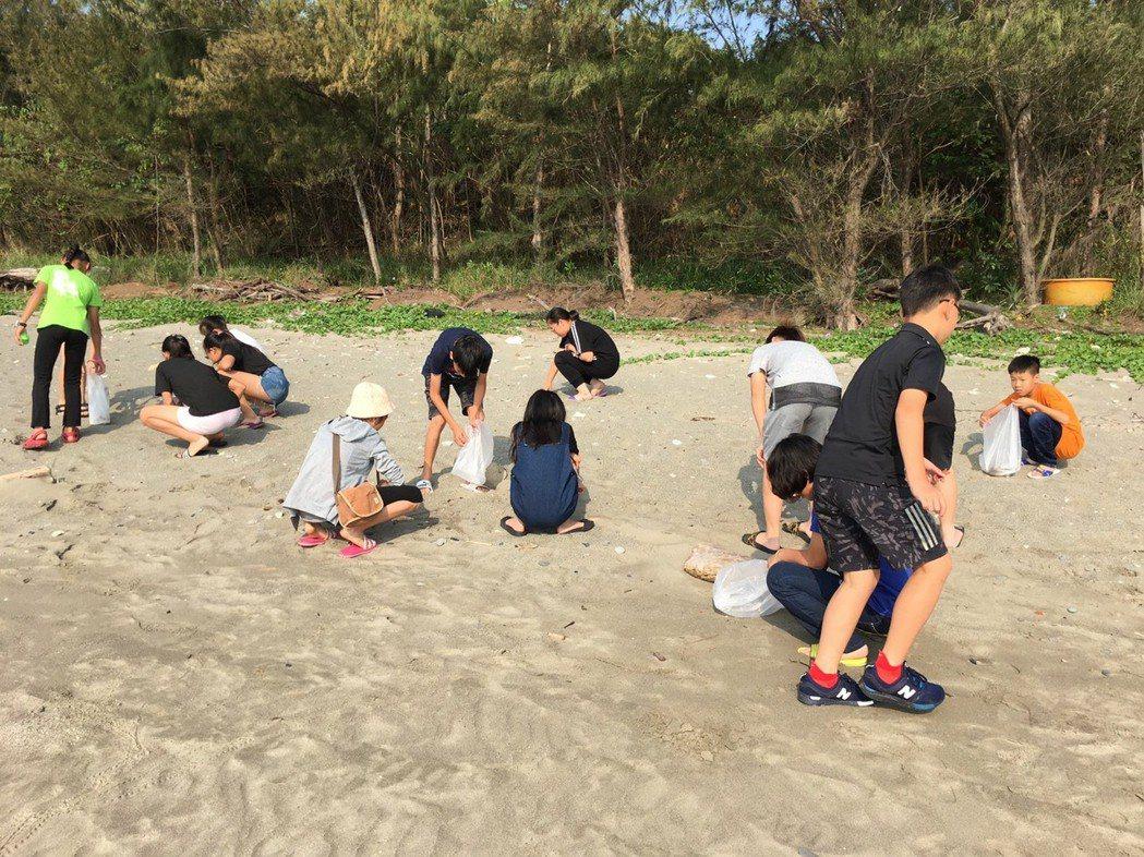 歸來國小六年級學生自助旅行,規畫淨灘行程。歸來國小老師陳明蓁提供