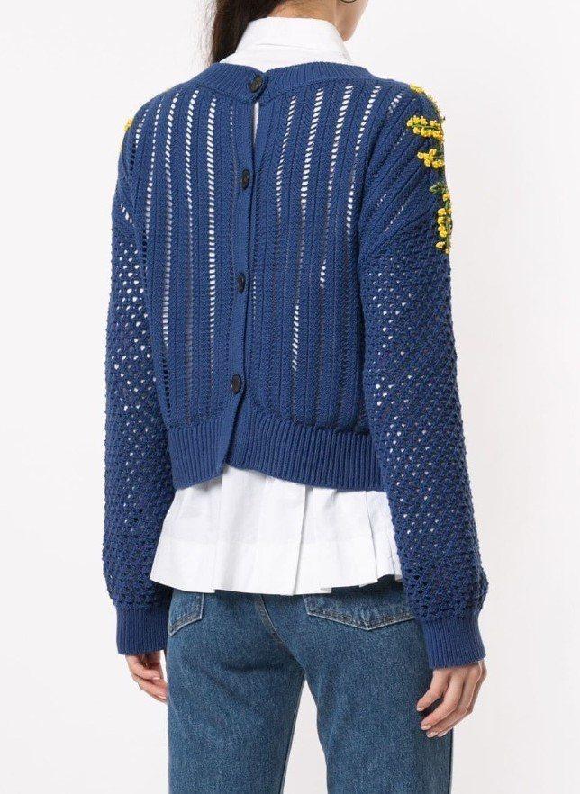 劉寅娜穿著的Sonia Rykiel立體針織雕花上衣,背後開扣為穿搭帶來更多變化...