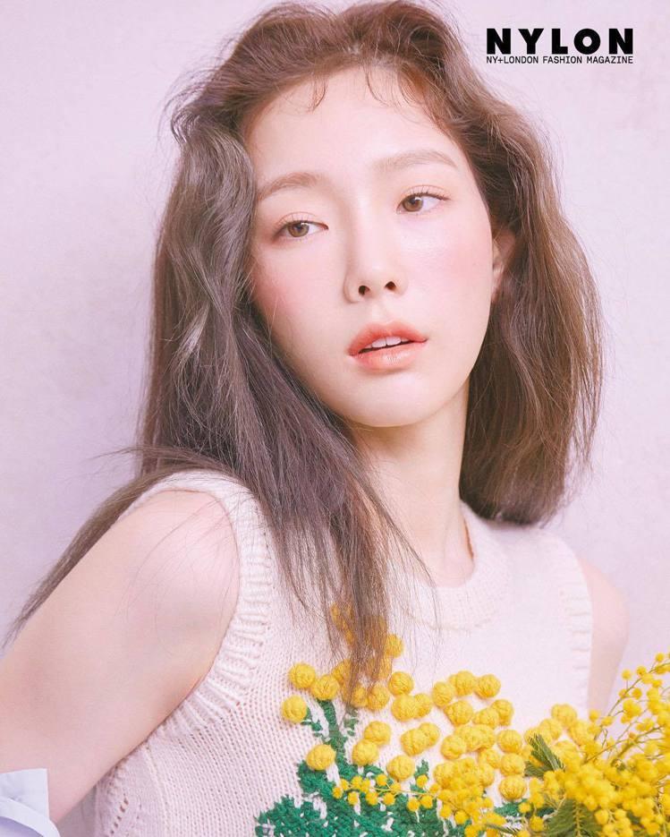 太妍穿著Sonia Rykiel立體針織背心登上韓版《NYLON》雜誌。圖/取自...