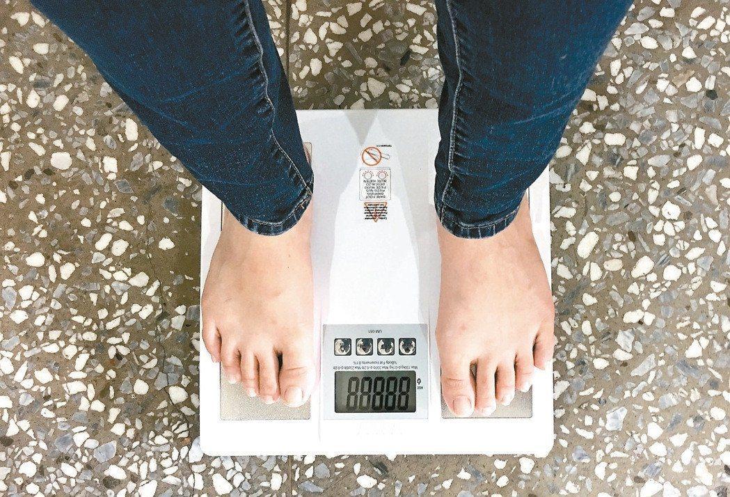 腳太濕或是太乾都會影響到體脂計最後的量測結果。圖/報系資料照