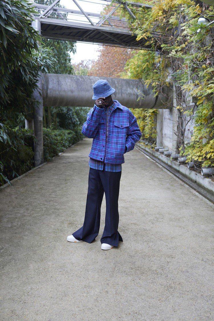流行的格紋圖樣,搭配以開衩褲腳為標誌設計的工作褲。圖/LV提供