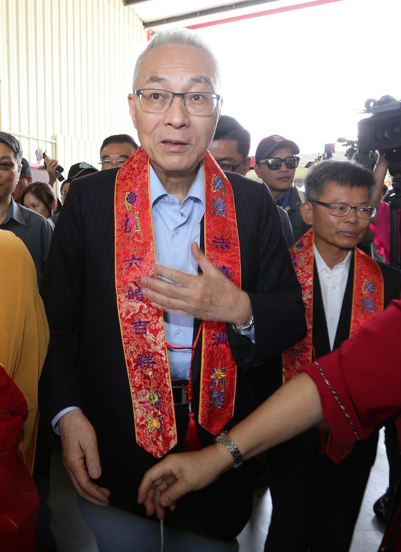 國民黨主席吳敦義今天上午到高雄阿蓮參加光德寺浴佛點燈大典。記者劉學聖/攝影