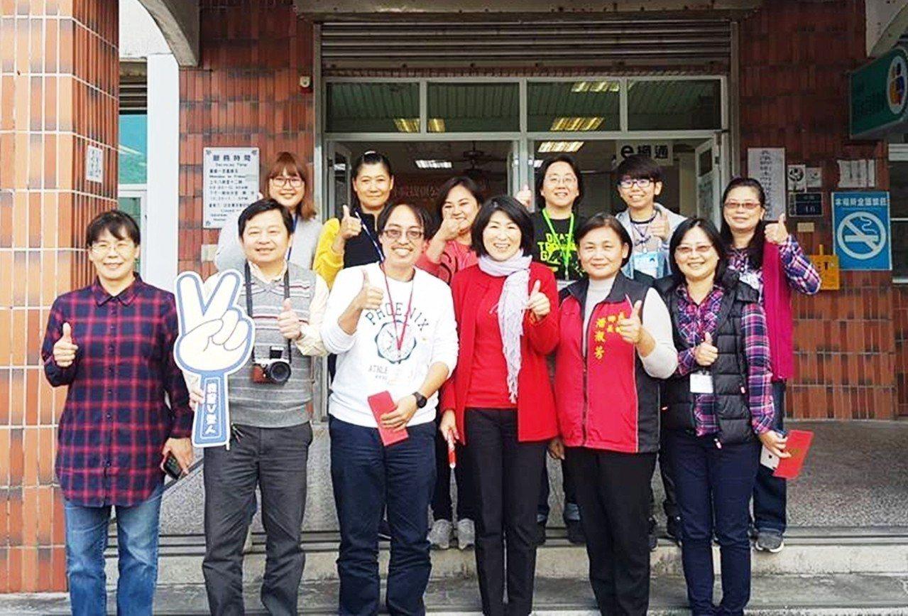 長濱鄉衛生所醫師田望賜(前左三)因家庭因素決定返回花蓮。記者羅紹平/翻攝