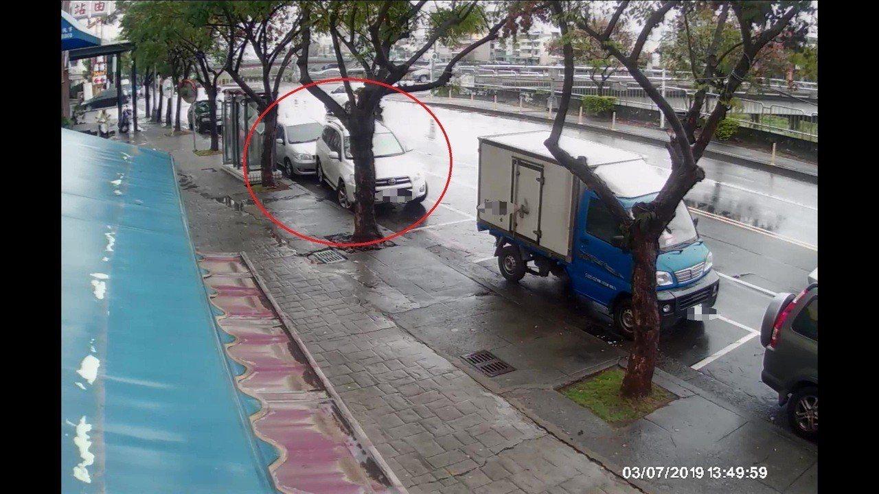李男抽完菸又想上廁所,倒車不慎撞到後車保險桿凹陷,竟肇事逃逸。記者林佩均/翻攝