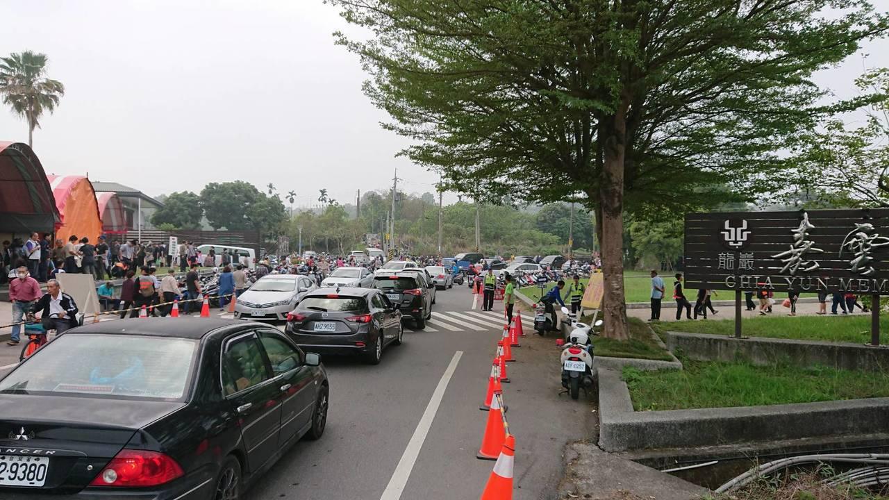 嘉雲寶塔前因停車位不足,部分駕駛為尋找車位、造成車流擁塞。記者卜敏正/翻攝