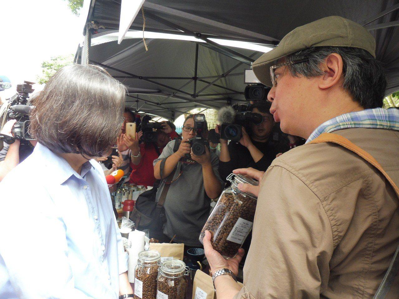蔡英文參觀小農市集。記者賴于榛/攝影
