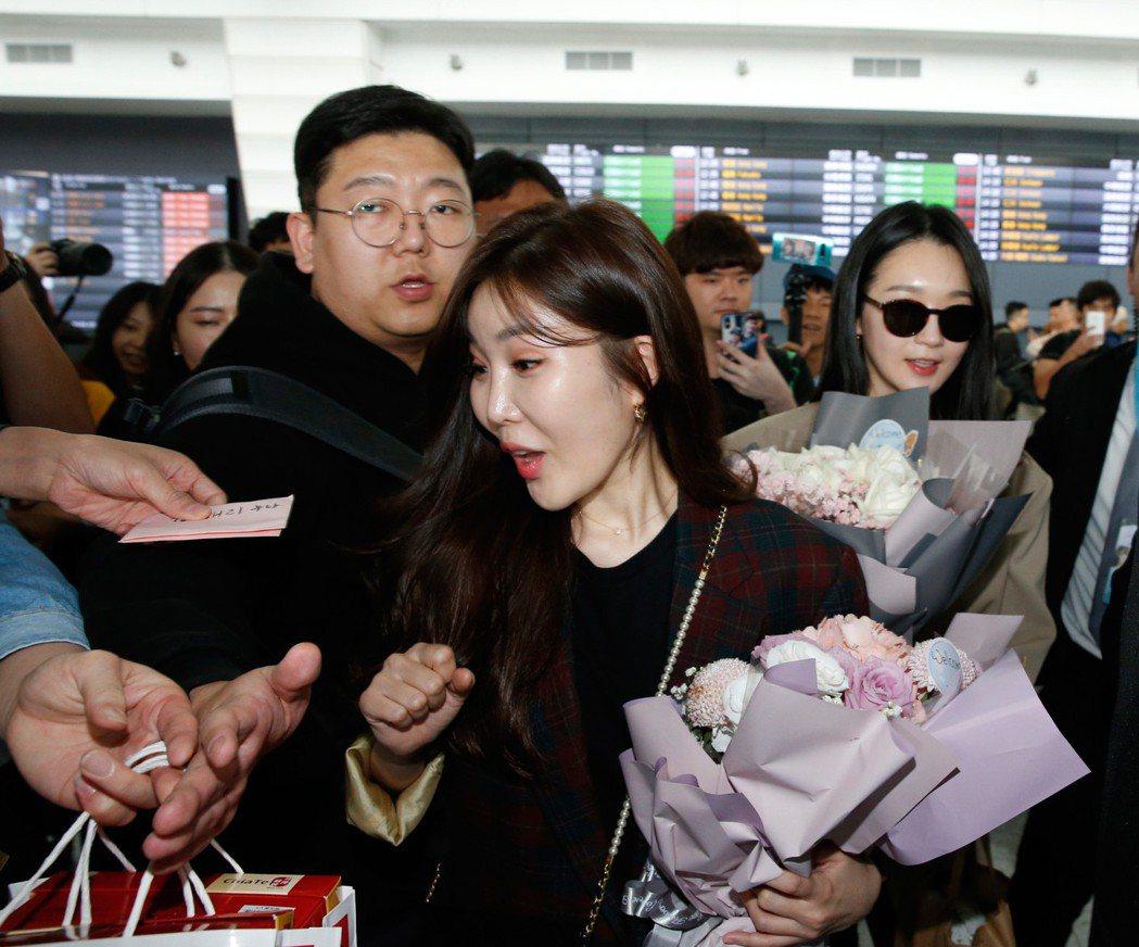 韓國雙人女聲團體DAVICHI中午抵台,雖然韓方工作人員不停地阻擋粉絲,但是兩人...