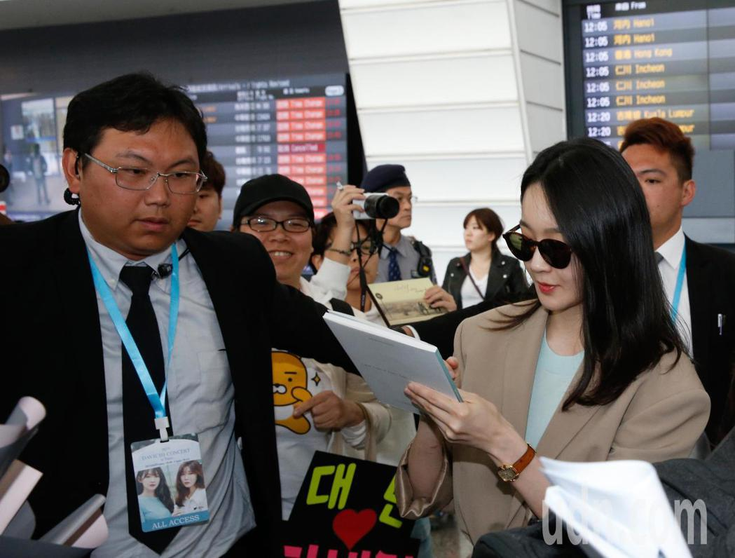 韓國雙人女聲團體DAVICHI中午抵台,雖然工作人員不停地阻擋,但是兩人還是停下...