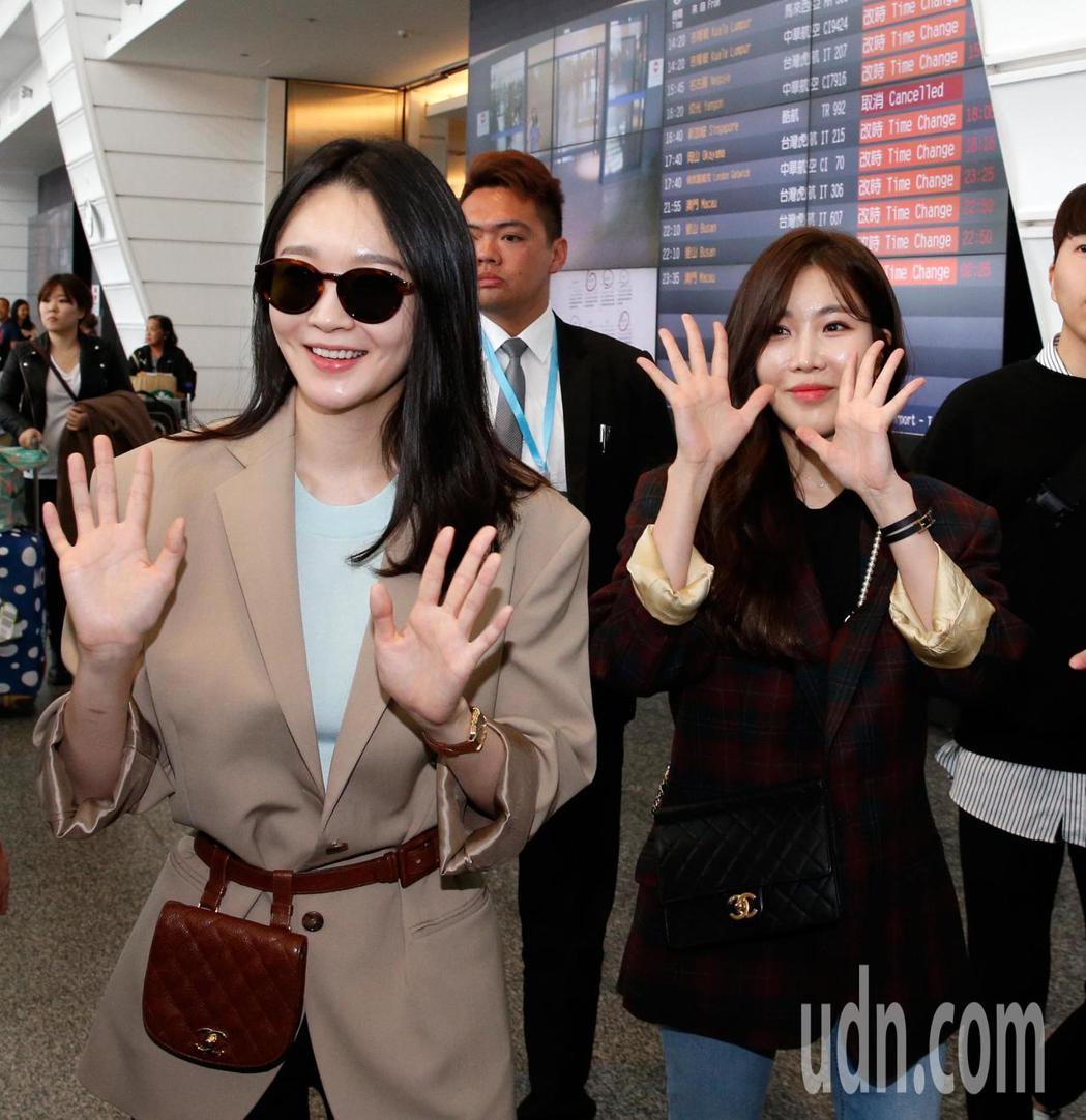 韓國雙人女聲團體DAVICHI中午抵台,兩人走進入境大廳時,約有30名粉絲大聲尖...