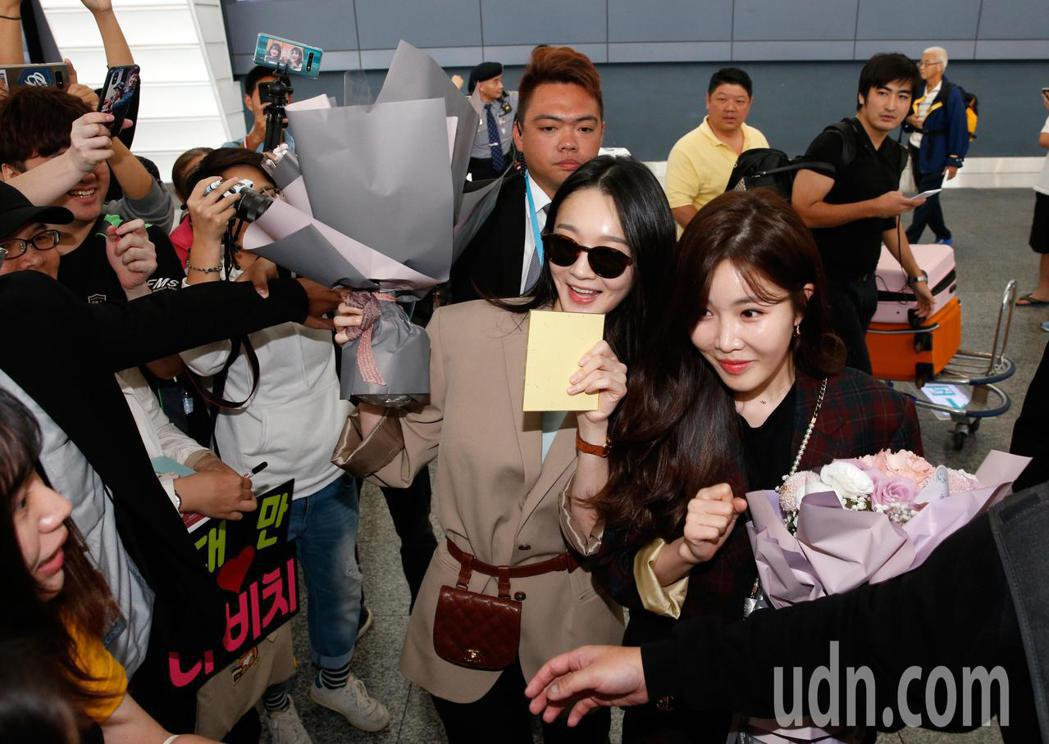 韓國雙人女聲團體DAVICHI中午抵台,韓方工作人員不停地阻擋,但是兩人還是停下...