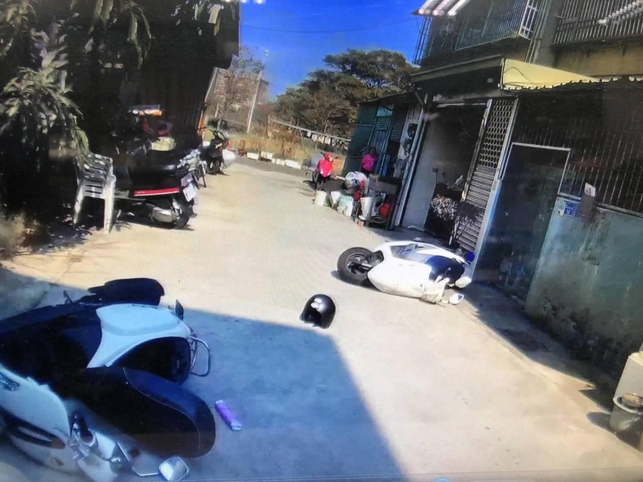 陳姓男子到家門口,推開機車要衝進家門,警方也丟下車子撲上逮捕他,鄰居以為發生車禍...