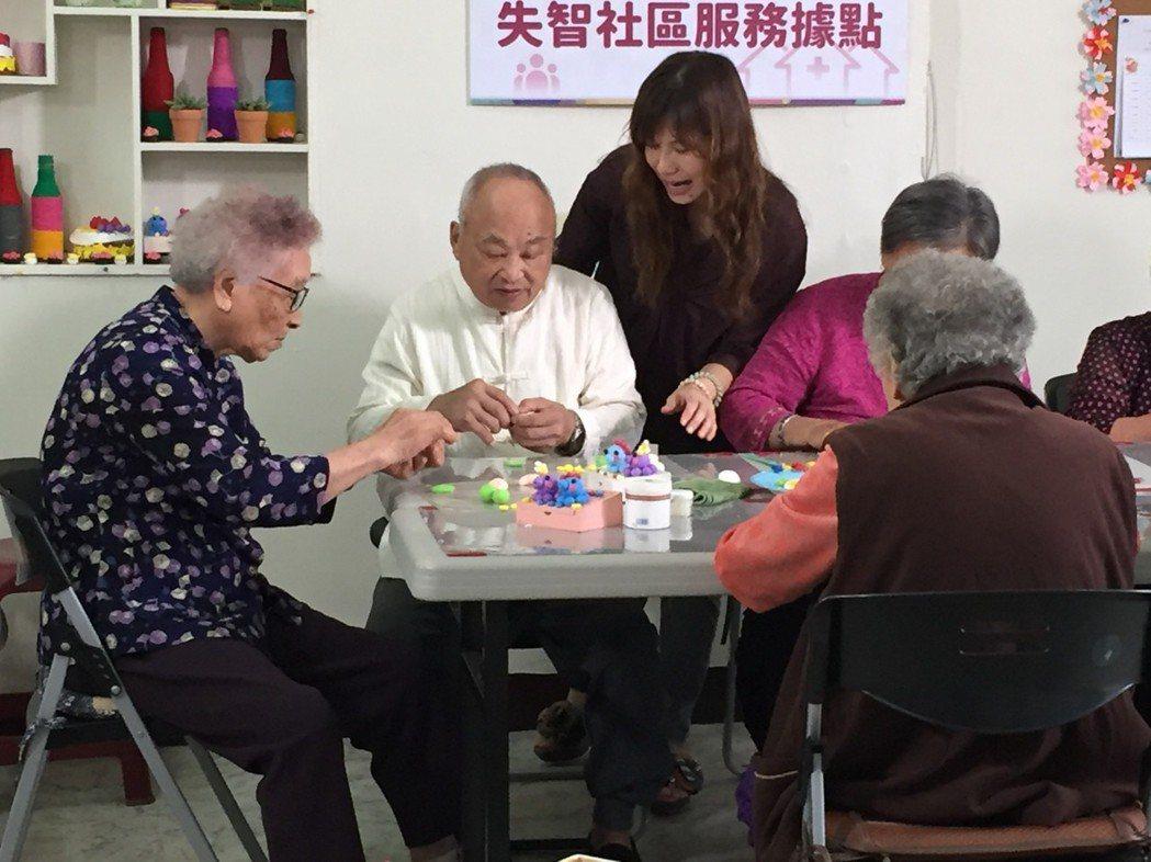 失智社區服務據點也有輕黏土課,勇伯(左2)捏黏土捏得很認真。 圖/桃園長...