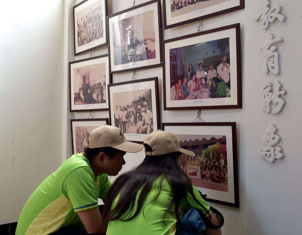 澎湖縣西嶼鄉內垵國小走過百年歲月,校友在老照片中尋找兒時的自己和同學。記者林保光...