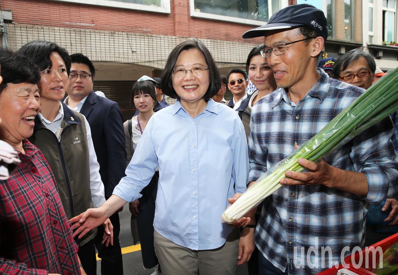 蔡英文中午走訪位於總統府附近的「一日臺灣:島嶼物產市集」。記者徐兆玄/攝影