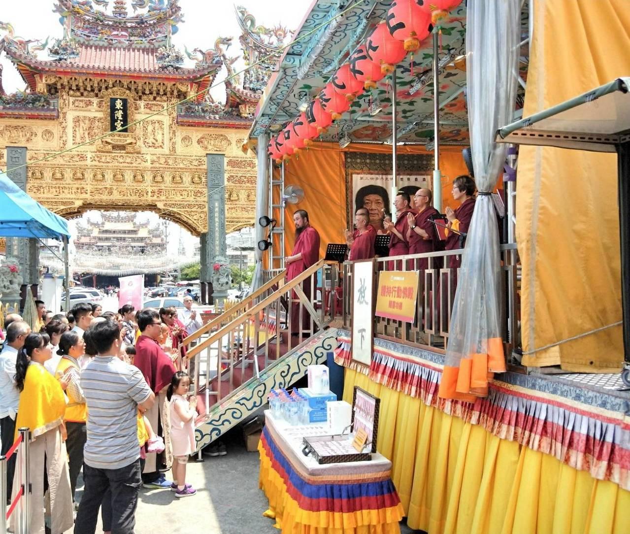 世界佛教正心會打造全台首輛可以開車趴趴走的「行動佛殿」,展開長達3年的佛光遍照環...