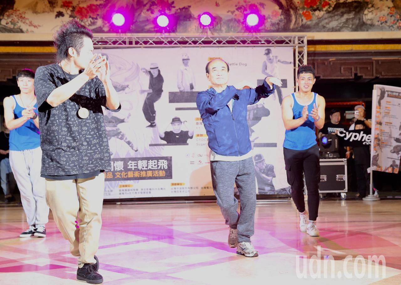 立委王金平(中)下午來到基隆文化中心,與年輕人一起大跳街舞。記者許正宏/攝影