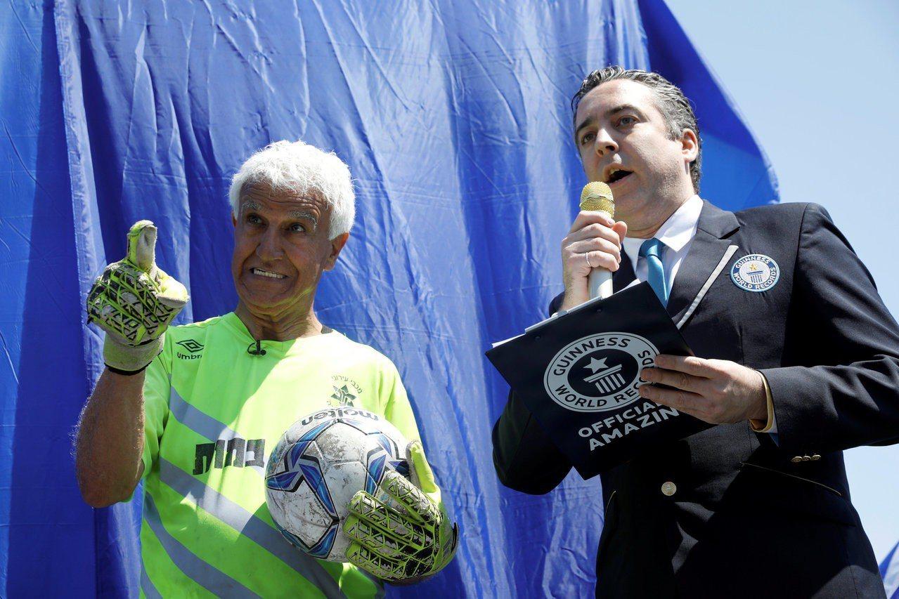 73歲的以色列男子阿伊克(左)5日參加職業足球賽擔任守門員,成為金氏世界紀錄認證...