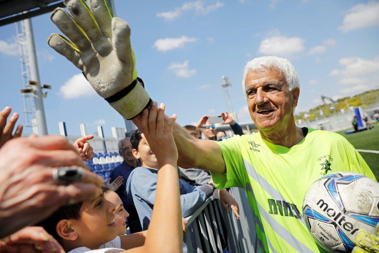 阿伊克與球迷慶祝打破最年長職業足球員氏世界紀錄。路透