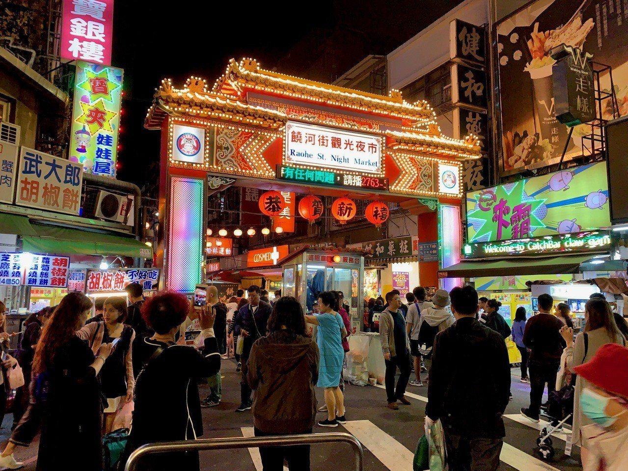 饒河街觀光夜市吸引大批觀光人潮。記者張芳瑜/攝影